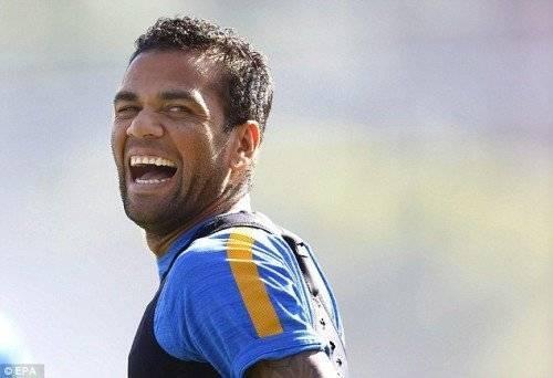 Alves bận thi đấu cùng đội bóng nên không thể đến chung vui cùng bạn gái