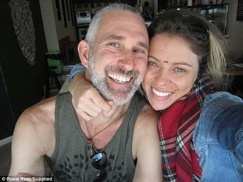 HLV Rossie Rees và chồng Ares Chaplin đang du ngoạn vòng quanh nước Úc để quảng bá loại hình yoga khoả thân.