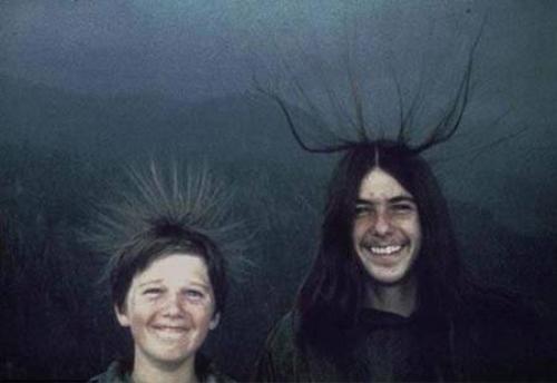 """Ảnh chụp McQuilken (phải) và cậu em trai Sean với mái tóc dựng ngược dị thường vào ngày 20/8/1975. Cả hai không biết họ sắp trở thành nạn nhân của """"thần sét"""". Ảnh: Daily Mail"""