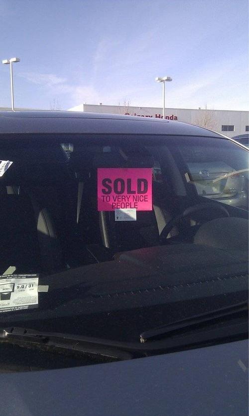 """Để bán được xe, những người bán hàng sẽ phải học cách """"nịnh"""" cực dễ thương này của người Canada như thế này:  """"Xe đã được bán…cho một người rất tử tế."""""""