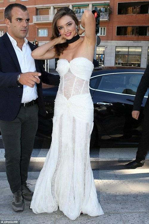 Miranda thu hút mọi ánh nhìn bằng vẻ gợi cảm, tươi tắn. Cô đeo trang sức nạm kim cương ăn ý với bộ đầm, không quên chỉnh sửa trang phục trước khi tiến vào sự kiện.