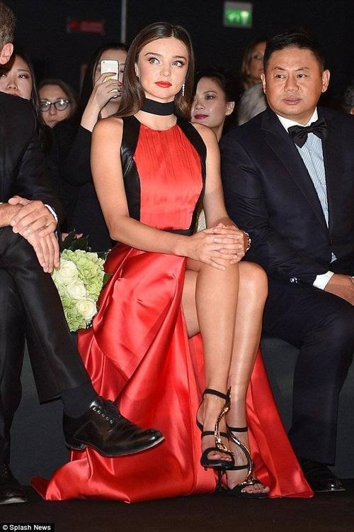 Chân dài chăm chú xem các người mẫu trình diễn BST trên hàng ghế đầu.
