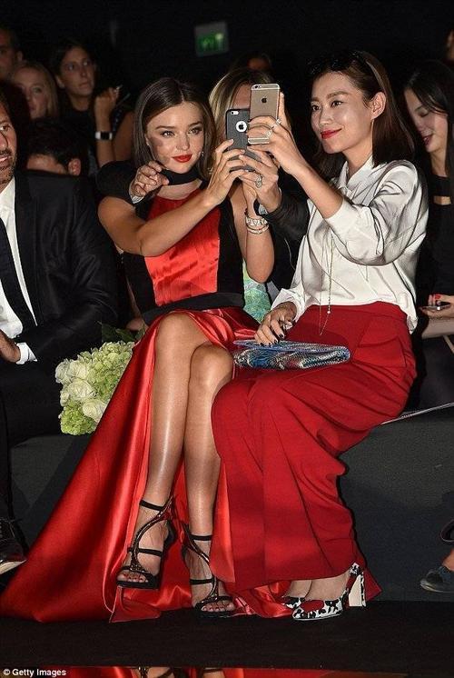 Miranda chụp hình selfie với các vị khách khác. Thời gian gần đây, Miranda bận rộn hẹn hò với bạn trai mới là tỷ phú trẻ Evan Spiegel. Cô thường xuyên đi du lịch cùng người yêu kém tuổi.