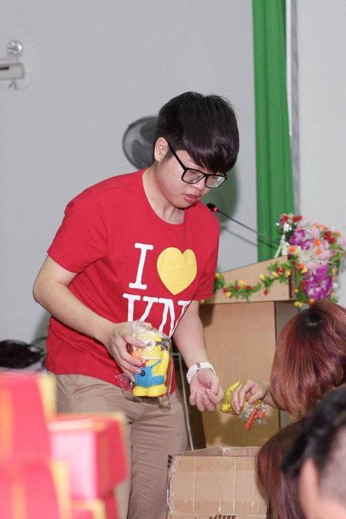Quán quân Giọng hát Việt 2015 cùng các thành viên khác trong đoàn tất bật chuẩn bị từng phần quà, bánh.