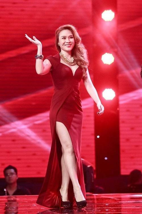 Ngôi sao sang trọng, quyền lực trong chiếc đầm màu đỏ sậm, xẻ tà cao tinh tế. Chiếc đầm khắc phục toàn bộ nhược điểm trên cơ thể Mỹ Tâm khi chỉ để lộ một  phần chân của cô, vừa đủ để toát lên vẻ gợi cảm cần thiết, thu hút mọi ánh nhìn