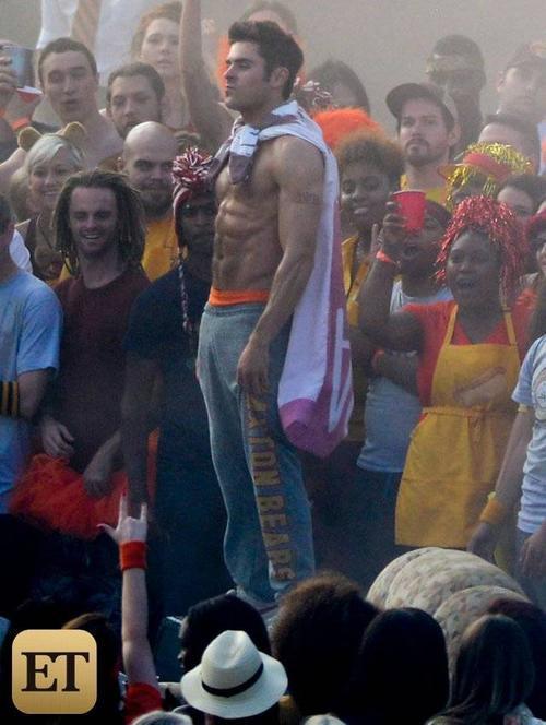 Zac Efron đang bận rộn trên trường quay phần 2 của bộ phim hài Neighbors mang tên Sorority Rising. Mới đây, những hình ảnh Zac cởi trần, đứng nhảy múa trong đám đông trong lúc quay phim ở Atlanta, Georgia được cánh săn ảnh ghi lại.