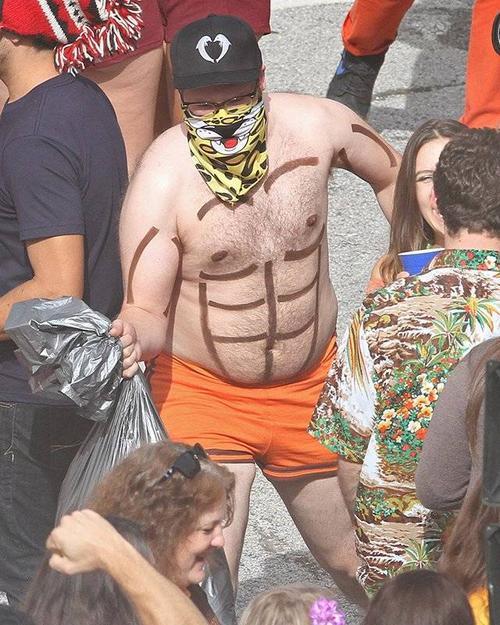 Ngoài Zac Efron, trường quay còn có sự xuất hiện của nam diễn viên hài nổi tiếng Seth Rogen cũng đóng vai chính trong phim. Trên người Seth được vẽ hình 6 múi ngộ nghĩnh. Cách đây không lâu, đoàn phim Neighbors 2: Sorority Rising ghi hình cảnh quay của khách mời gợi cảm Selena Gomez.