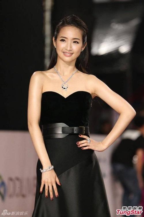 Lâm Y Thần quyến rũ với đầm đen.