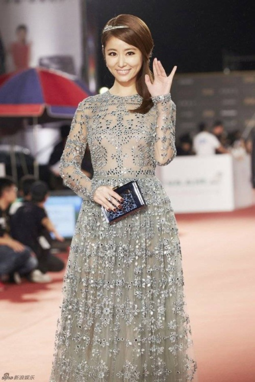 Lâm Tâm Như dịu dàng trên thảm đỏ trong bộ đầm màu bạc.