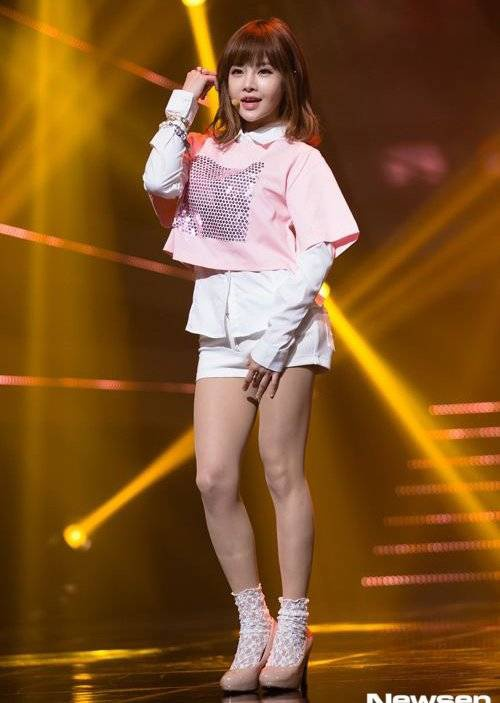 Boram là thành viên đầu tiên của nhóm T-ara bước sang tuổi 29 vào tháng 3 vừa qua. Nữ ca sĩ sinh năm 1986 khiến người đối diện khó nhận ra được tuổi thật nhờ gương mặt trẻ thơ, hồn nhiên và vóc dáng nhỏ nhắn.