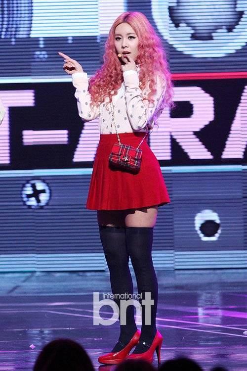 Vào tháng 12 tới, Qri sẽ là thành viên tiếp theo của T-ara đón tuổi 29. Trước khi được biết đến với tư cách một mẩu T-ara, Qri là người mẫu, cây bass của nhóm rock Six Color cũng như là hot girl nổi tiếng trong giới Hàn Quốc.