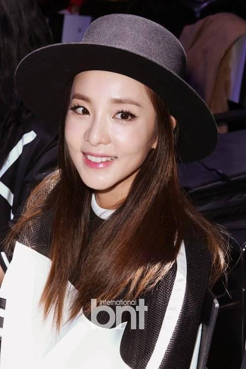 Từ lâu, Sandara Park (Dara) của nhóm 2NE1 được biết đến là hình tượng ca sĩ không tuổi của Kpop. Sinh năm 1984, Dara vẫn chinh phục được khán giả tuổi teen nhờ gương mặt tự nhiên, nụ cười rạng rỡ và gu thời trang cá tính.