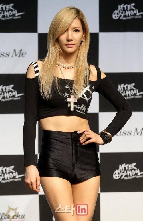 Kim Jung Ah là trưởng nhóm và đảm nhận một trong những giọng chính của After School. Nữ ca sĩ sinh năm 1983, năm nay đã 32 tuổi và có 15 năm trong nghề. Trước khi After School ra mắt vào năm 2009, Jung Ah là thành viên của 2 nhóm Sz và Kiss Five.