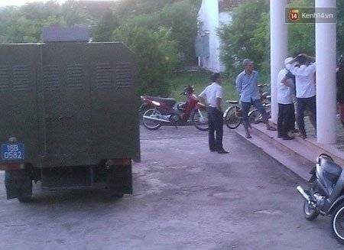 Người dân đến theo dõi thông báo bắt tạm giam các đối tượng tại trụ sở công an xã.