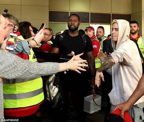 Justin Bieber tại sân bay Melbourne hôm 27/9.