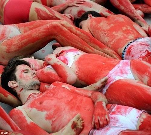 Cảnh máu me này tuy rùng rợn nhưng nó là một phần của chiến dịch Ngày ăn chay Quốc tế, vốn đã diễn ra ở nhiều thành phố lớn trên khắp thế giới từ năm 2009.