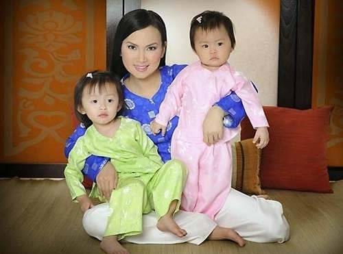 Em gái Cẩm Ly và hai con khi còn nhỏ.