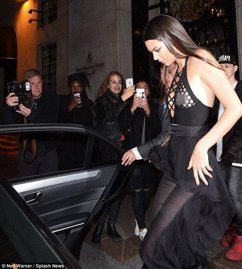 Chân dài nhanh chóng lên xe để đến dự một bữa tiệc. Đầu tháng 9 vừa qua, Kendall lọt top những chân dài có thu nhập cao nhất thế giới năm 2015 với 4 triệu USD. Gần đây Kendall là gương mặt quen thuộc tại các tuần lễ thời trang và chiến dịch quảng bá. Mới đây, cô và người bạn thân Gigi Hadid vừa làm mẫu cho bộ ảnh quảng cáo bộ sưu tập hợp tác giữa 2 thương hiệu Balmain và H&M.