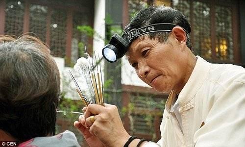 Câu chuyện về các bậc thầy làm nghề ráy tai ở Trung Quốc.