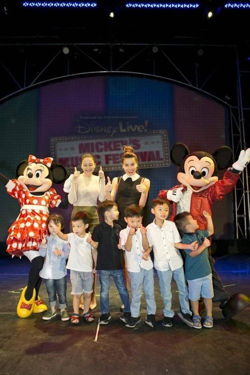 Hồ Ngọc Hà, Thiều Bảo Trang và các bé trong gia đình cùng chụp hình với Mickey và Minnie