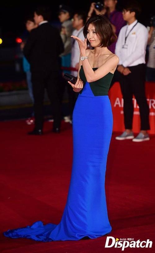 Người đẹp Chae Jung An khoe vai gầy.