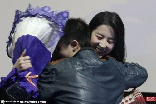 Fan nam ôm chầm Lưu Diệc Phi.