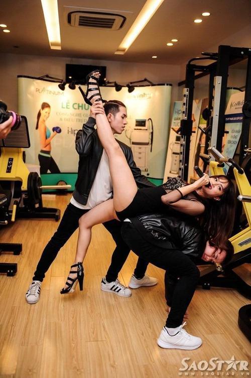 Động tác vũ tạo tạo bạo khiến Hương Giang Idol gặp rắc rối. Trước sự cố này, người yêu của chàng Việt kiều Criss Lai cũng từng bị lộ vòng 1 do diện chiếc váy cúp ngực quá trễ nải.