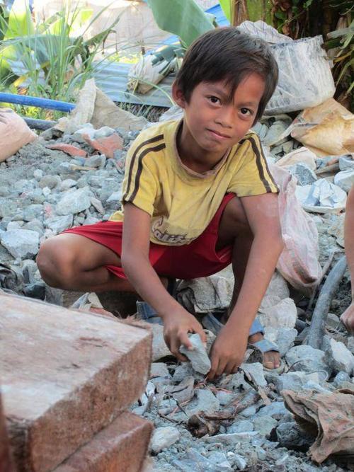 Hernando, 9 tuổi, em bé đào vàng nhỏ tuổi nhất ở đây. Em chỉ nhận được 900 pesos (20 đô la Mỹ) tiền lương một tháng để lặn ngụp đào vàng.