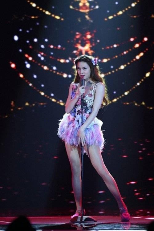 Nữ ca sĩ quyến rũ, yêu kiều như một cô nàng đỏm dáng trong thiết kế jumpsuit tua rua.