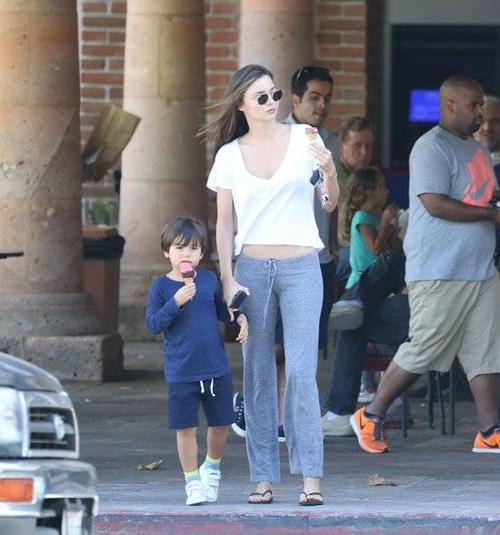 Hai mẹ con Miranda Kerr - Flynn lọt vào ống kính máy ảnh trên đường phố ở Malibu hôm 1/10 khi bước ra từ một quán kem. Bà mẹ một con diện trang phục thoải mái ở nhà với áo phông ngắn và quần cotton, đi dép tông, trong khi bé Flynn mặc bộ đồ tối màu.
