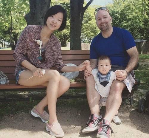Vợ chồng Jeremy và cậu con trai gần 6 tháng tuổi trên đường du lịch qua các nước, sau khi đã cho phép mình nghỉ hưu từ hơn 2 năm trước.