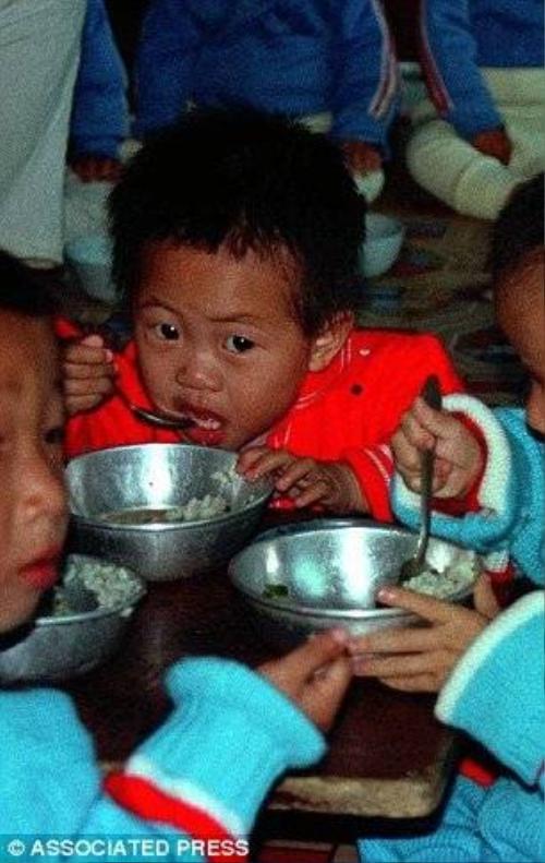 Dưới chế độ lãnh đạo của Kim Yong-il, trẻ em lúc nào cũng bị đói, người chết đói nằm la liệt trên các bãi rác.