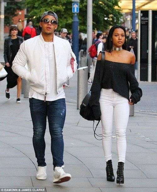 Cặp đôi mua sắm dạo phố cùng nhau.