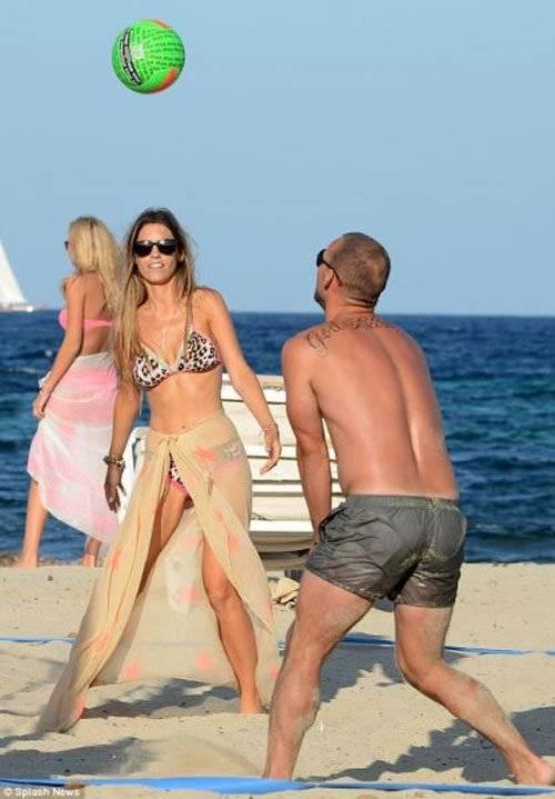 Cùng vợ dạo chơi trên biển.