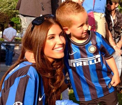 Vợ và con trai của người vợ cũ thân thiết là niềm vui và niềm tự hào của Sneijder.