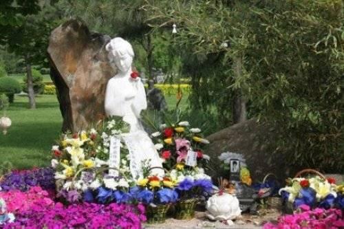 Mộ phần Trần Hiểu Húc, bên cạnh là tượng được khắc từ hình ảnh trong phi của cô.