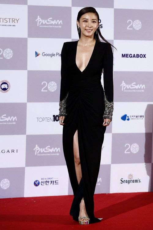 South Korean actress Ha Ji-Won arrives at the opening ceremony of the 20th Busan International Film Festival (BIFF), in Busan, South Korea, 01 October 2015. The BIFF runs from 01 to 10 October 2015, with 304 titles from 75 countries to be screened.  EPA/JEON HEON-KYUN