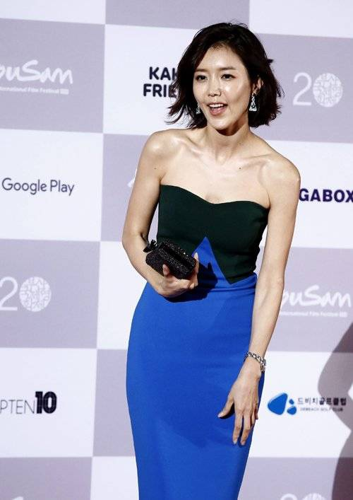 epa04958654 South Korean actress Chae Jung-An arrives at the opening ceremony of the 20th Busan International Film Festival (BIFF), in Busan, South Korea, 01 October 2015. The BIFF runs from 01 to 10 October 2015, with 304 titles from 75 countries to be screened.  EPA/JEON HEON-KYUN