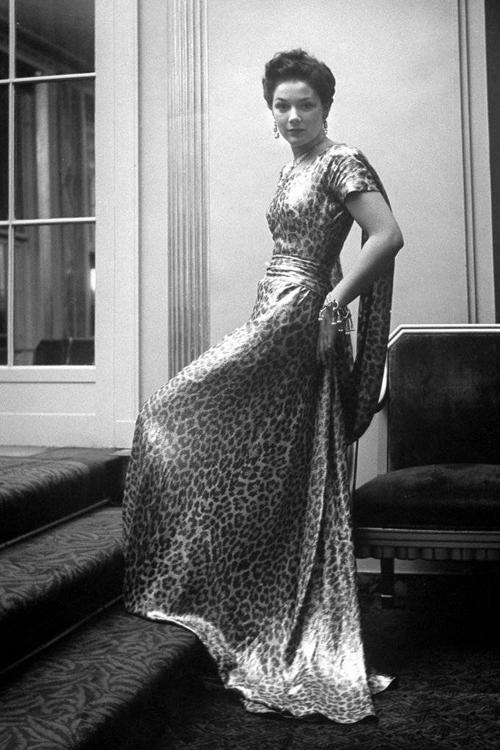 Sang những năm 40, họa tiết này có phần đốm được in to và đậm hơn. Các quý bà thường ưa diện chúng vào các bữa tiệc tùng buổi tối.