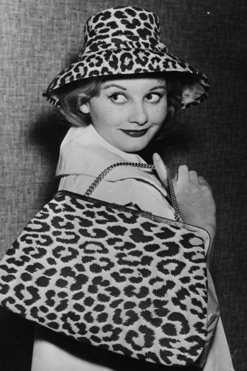"""Sang những năm 60, họa tiết da báo bắt đầu """"phủ sóng"""" dày đặc lên các phụ kiện như mũ, túi xách..."""