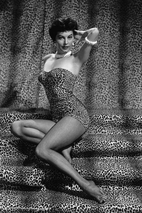 """Quý cô Ava Gardner tạo dáng trong bộ bodysuit in da báo gợi cảm  trên những bậc thang trải thảm tone-sur-tone. Đủ thấy từ những năm ấy, xu hướng này đã """"hot"""" như thế nào."""