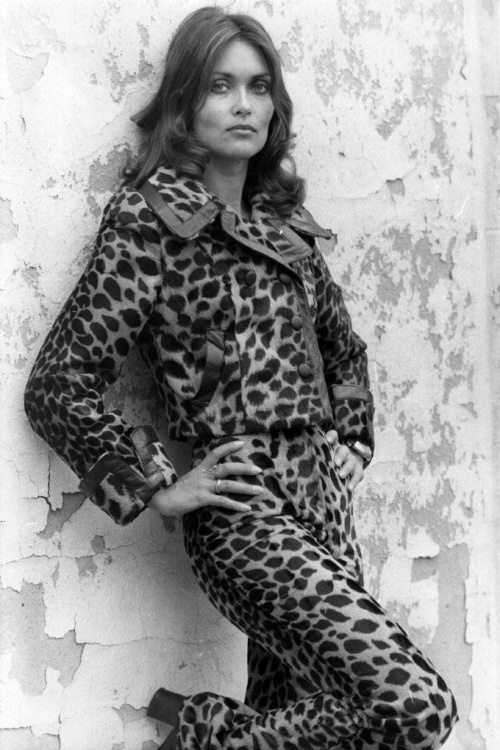 Những đốm in đậm hơn được đưa vào sử dụng với những bộ jumpsuits thập niên 70.