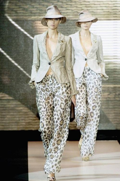 Show diễn Xuân 2007 của nhà mốt Armani ngập tràn quần ống rộng in họa tiết da báo.