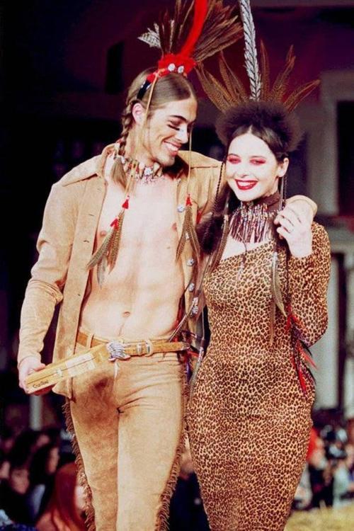Người mẫu Isabella Rossellini xinh đẹp trong show diễn Thu 1995 của nhà mốt Betsey Johnson.