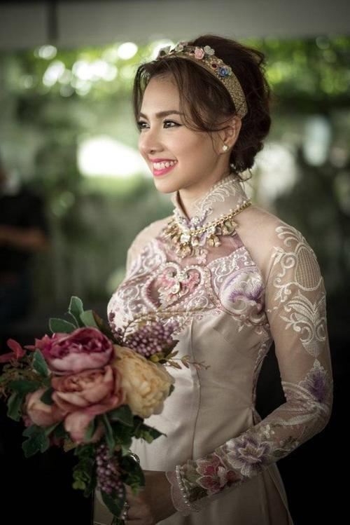 Ngọc Diệp xinh đẹp khoác lên mình áo dài cô dâu.