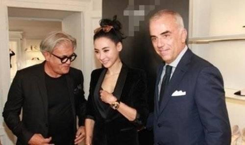 Gần đây khi có mặt tại Milan tham dự Tuần lễ thời trang Milan, Trương Bá Chi mất điểm khi đưa tay cân chỉnh nội y khi đứng cạnh hai vị khách quan trọng.