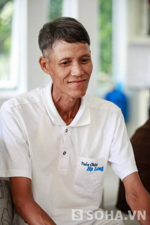 Ông Phạm Văn Mốt - bố đẻ Phạm Hương vui vẻ đón tiếp phóng viên.