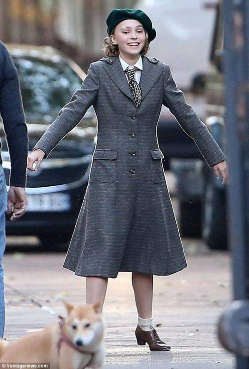 Là con gái lớn của tài tử Johnny Depp cùng người mẫu Vanessa Paradis, Lily-Rose nhanh chóng nối gót sự nghiệp của bố mẹ. Hôm 4/10, thiếu nữ 16 tuổi đến trường quay phim mới Planetarium ở Paris. Lily-Rose diện trang phục cổ điển, tâm trạng phấn chấn.
