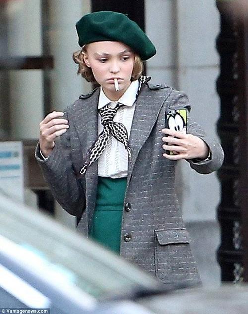 Lily diễn xuất cùng đàn chị Natalie Portman, bộ phim lấy bối cảnh ở Paris những năm 30 của thế kỷ trước. Trong những phút giải lao, Lily - Rose lấy điện thoại chụp ảnh tự sướng, trên miệng ngậm điếu thuốc lá.