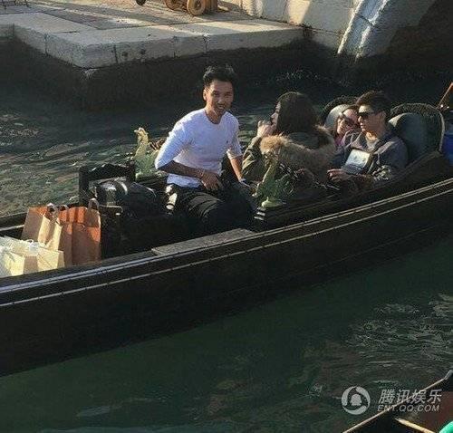 Lưu Thi Thi và Ngô Kỳ Long ngồi thuyền ngắm cảnh.